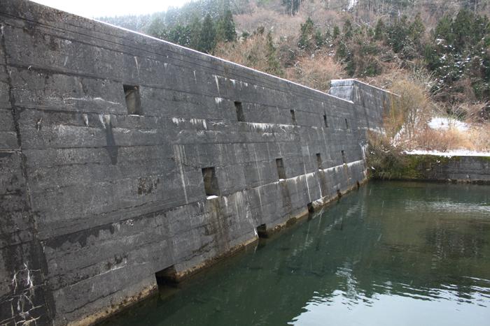画像:県内一長い砂防ダムと県内初の砂防ダム 県内一! というのはなかなかありませんが、横岡集落(