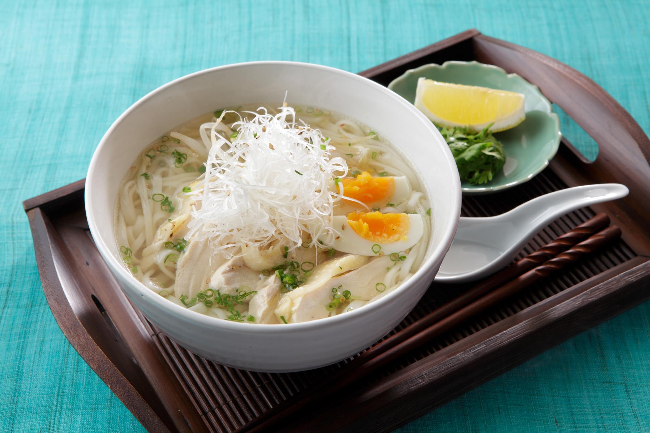 比内地鶏と稲庭うどんのベトナム風麺