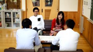 会議をする丑田香澄さん