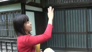 施設を案内する丑田香澄さん