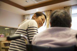 利用者に話しかける老人ホーム職員