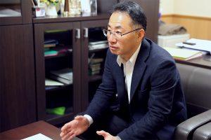 インタビューに答える辻田施設長